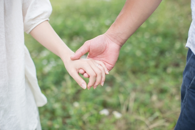 手を繋ぐカップルの写真